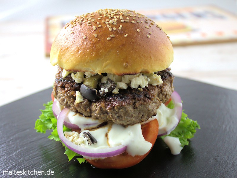 Greek Burger mit Tsatsiki, Fetakäse und Oliven