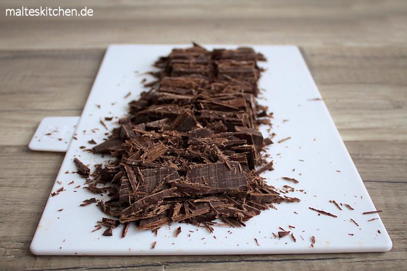 Diue Schokolade wird gehackt, damit sie sich besser auflöst