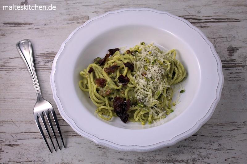 Spaghetti mit Pistazien-Pesto, krossem Speck und getrockneten Tomaten