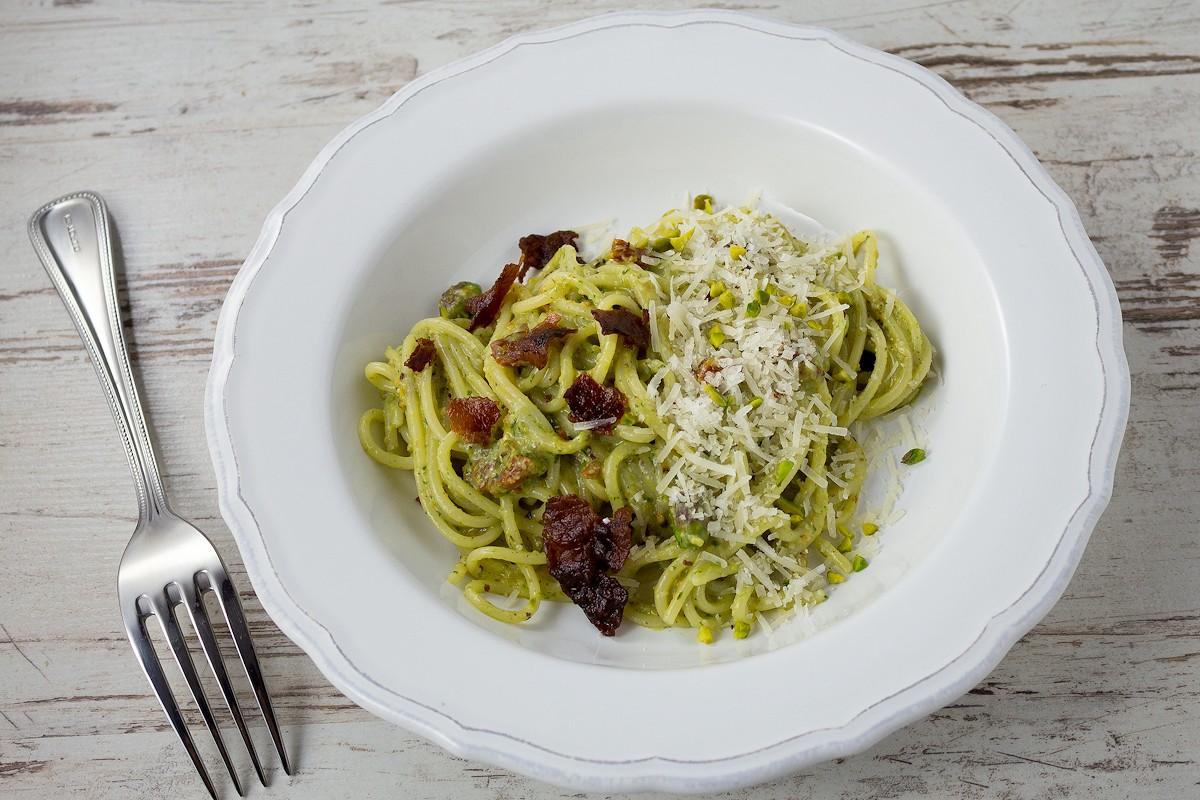 Rezept für Spaghetti mit Pistazienpesto & Bacon