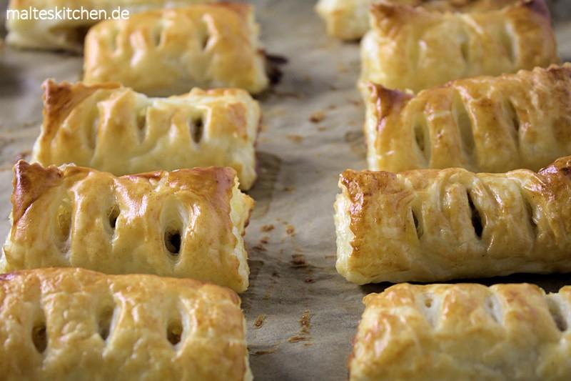 Die Apfeltaschen kommen frisch aus dem Ofen und duften herrlich,