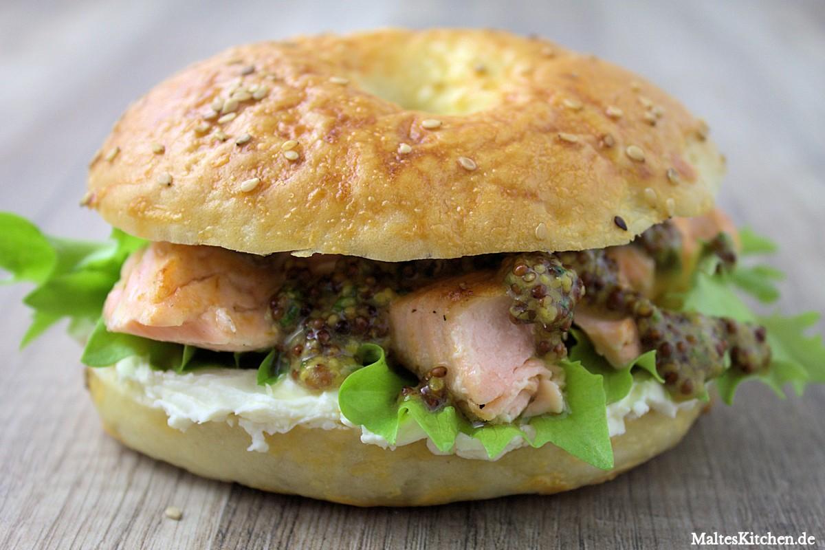 Rezept für Bagels mit gegrilltem Lachs, Frischkäse und Honig-Senf-Sauce