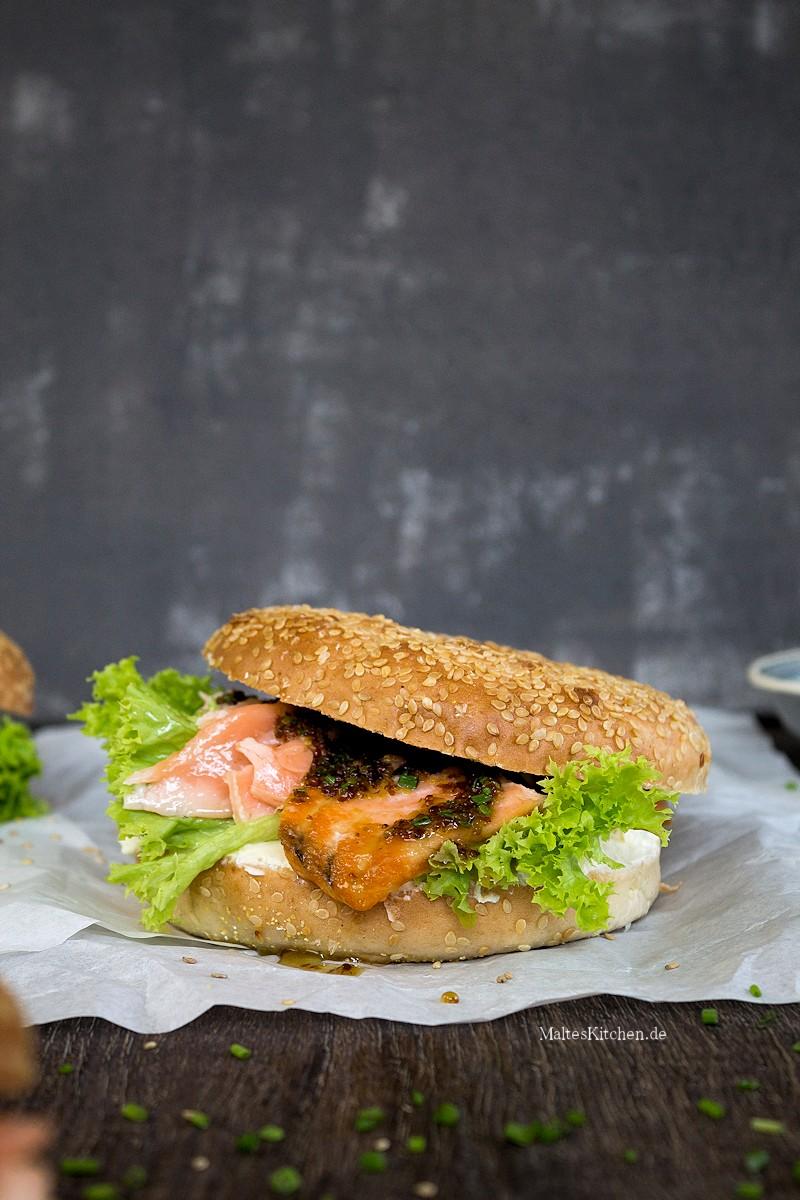 Bagel mit Lachs, Frischkäse und Honig-Senf-Sauce