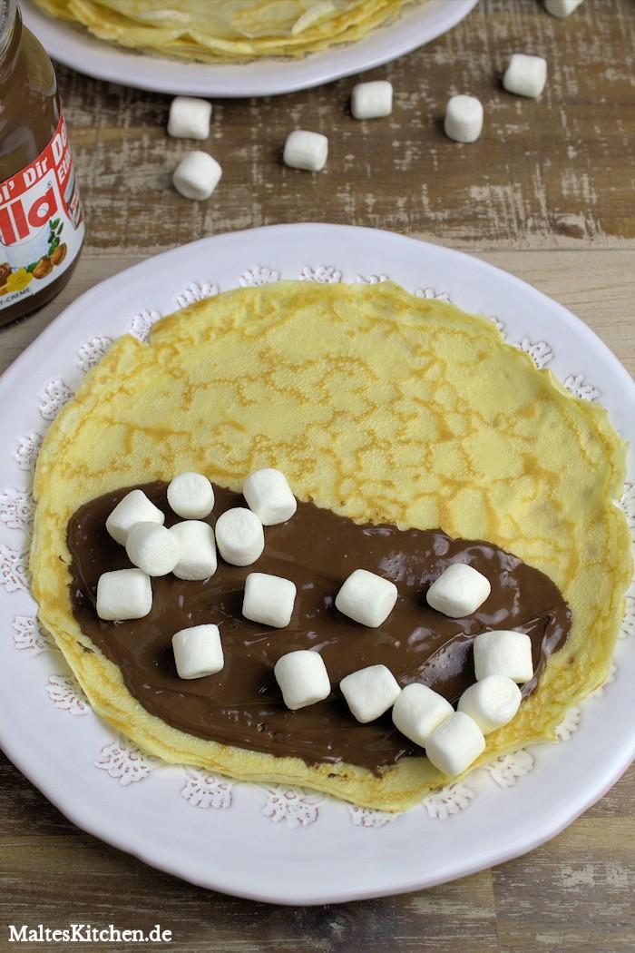 Die Hälfte des Crepes mit Nutella bestreichen und üppig mit den Marshmallows belegen.
