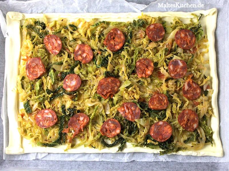 Die Pizza darf ruhig reichhaltig mit dem Gemüse und der Chorizo belegt werden.