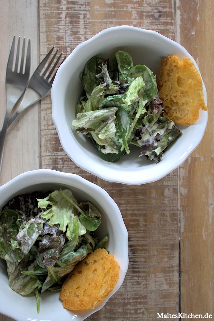 Grüner Salat mit Parmesan-Chips