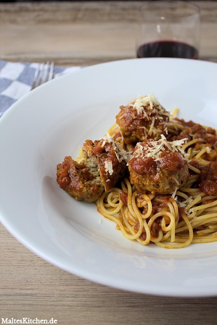 Fleischbällchen in einer fruchtigen Tomatensauce mit Spaghetti