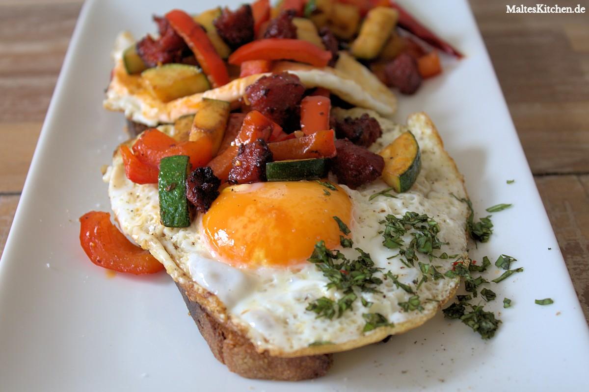 Rezept für ein geröstetes Brot mit Spiegelein, gebratener Chorizo und Grillgemüse