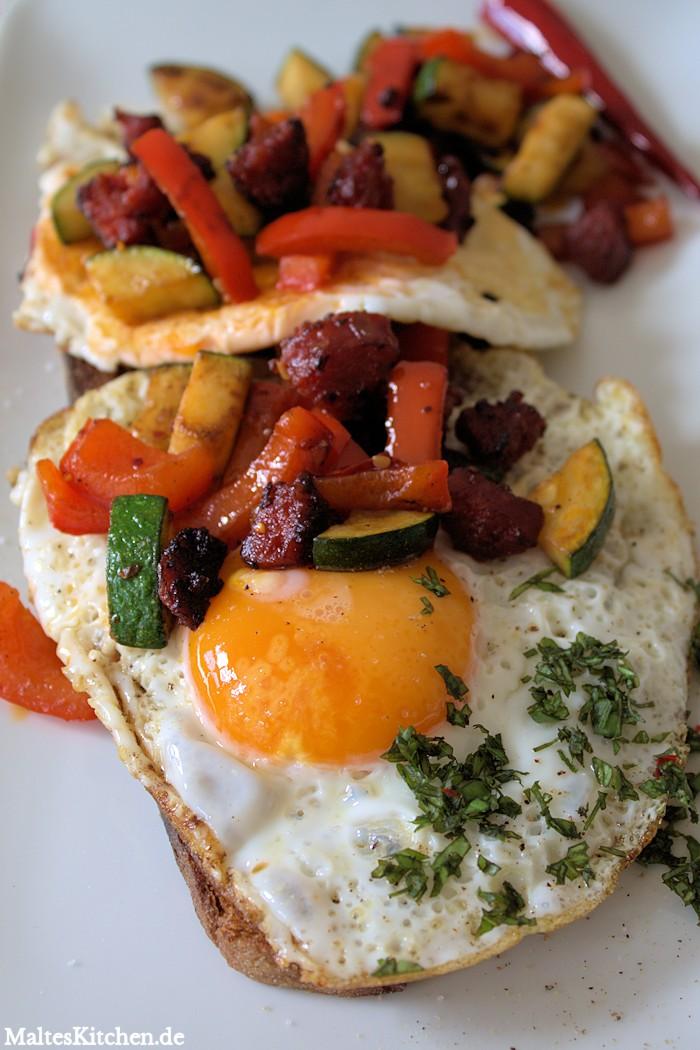 Geröstetes Brot, Spiegelei und Chorizo mit Grillgemüse. Superlecker zum Frühstück.