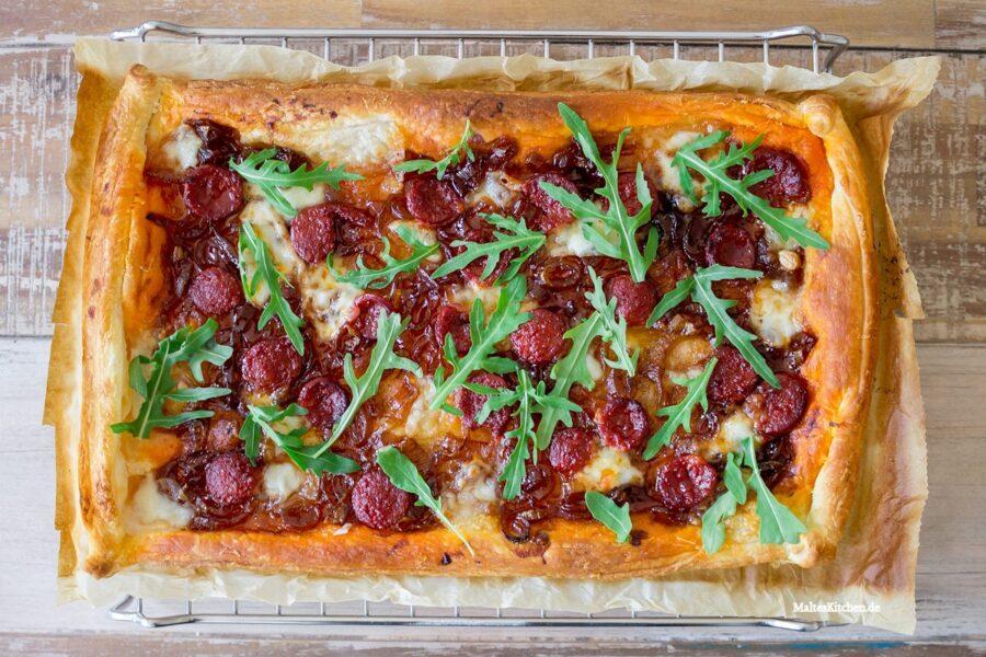 Rezept Blätterteig-Tarte mit Chorizo, karamellisierten Zwiebeln & Mozzarella