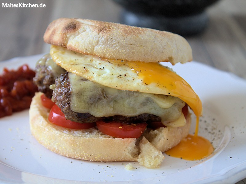 Breakfast Roll mit Rinderhack, Tomaten, Cheddar und Spiegelei.