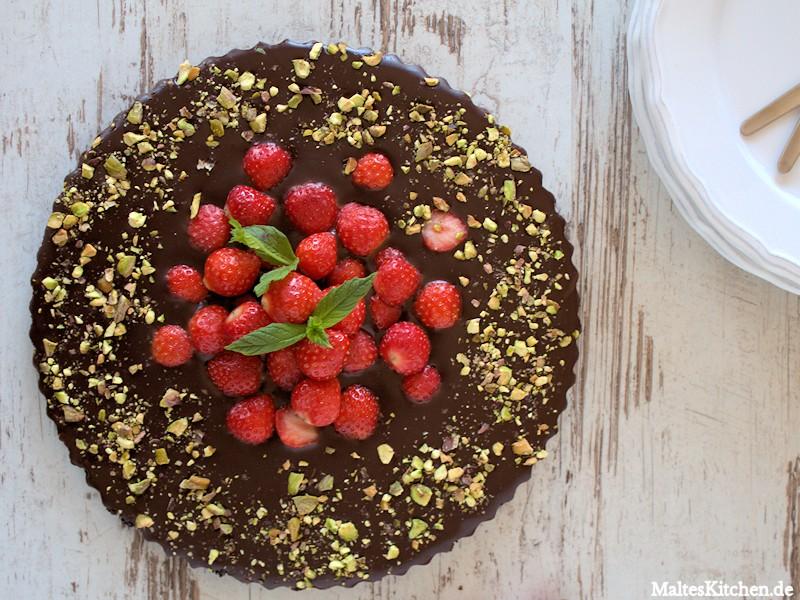 Schokoladentarte mit Erdbeeren und Pistazien ohne Backen