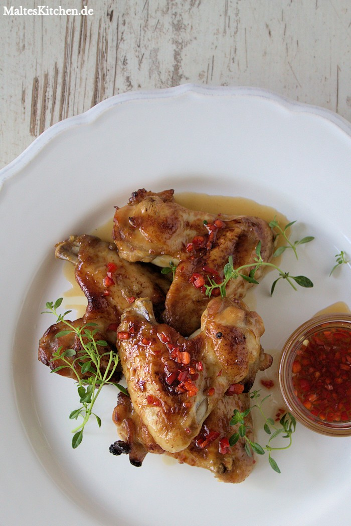 Klebrige Hähnchenschenkel mit scharfer Chilli-Sauce