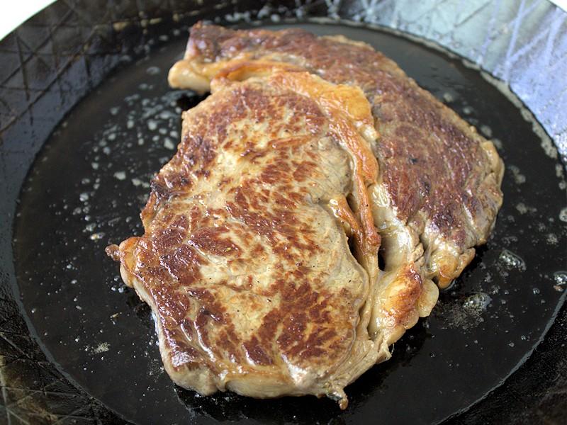 Das Steak wird in Rama Braten wie die Profis Öl Mix gebraten