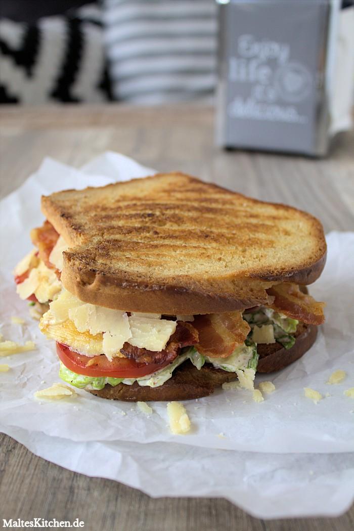 Sandwich mit Salat, Bacon, Hähnchenbrust, Parmesan und Caesar Mayo