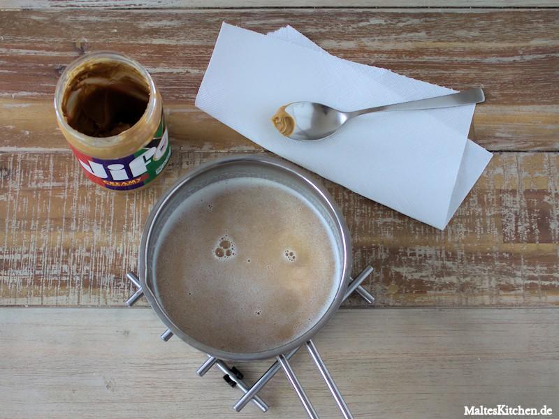 Die Erdnussbutter wird mit Milch aufgekocht