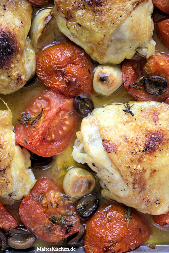 Leckere Hähnchenschenkel mit Tomaten und Oliven