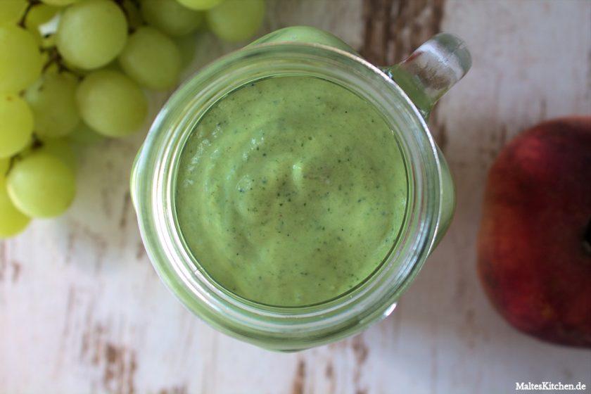 Rezept für einen Grünen Smoothie mit Spinat, Pfirsich und Weintrauben