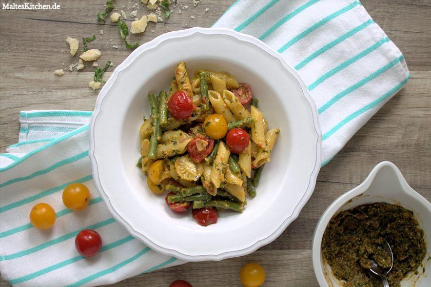 Rezept für Penne mit Rucola-Pesto, Kirschtomaten und grünen Bohnen