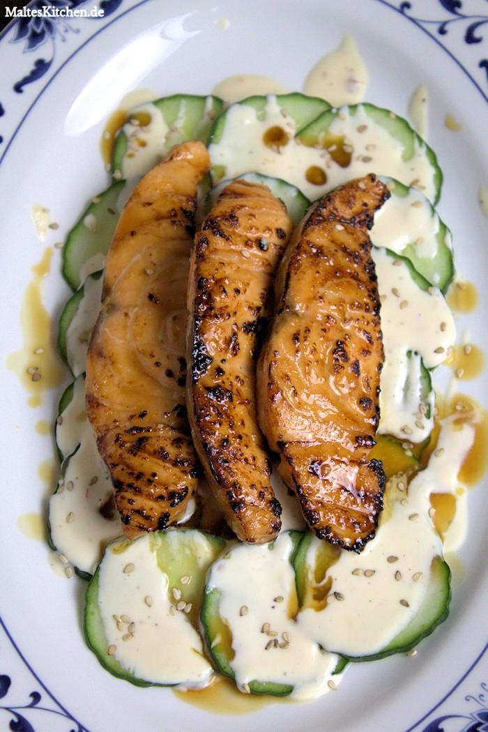 Teriyaki-Lachs auf Gurkensalat mit Zitronenschmand und Sesam vom Beefer!