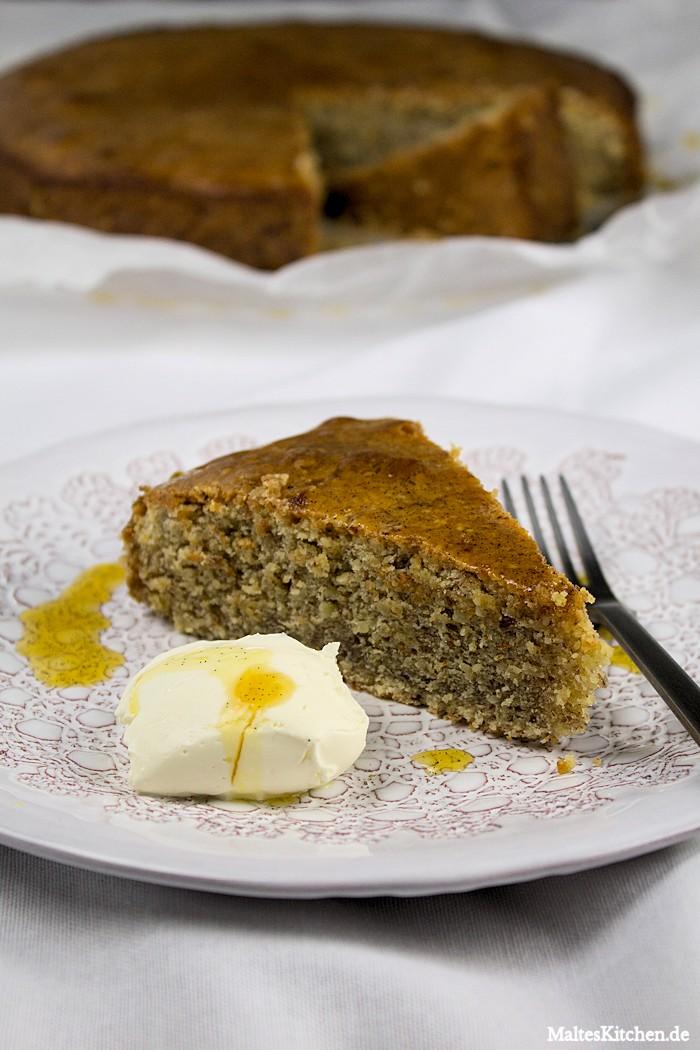 Den Mandelkuchen mit Creme Fraiche servieren, lecker!