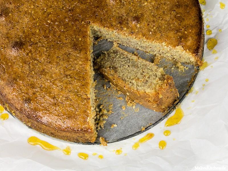 Der Mandelkuchen wird mit dem Sirup bestrichen