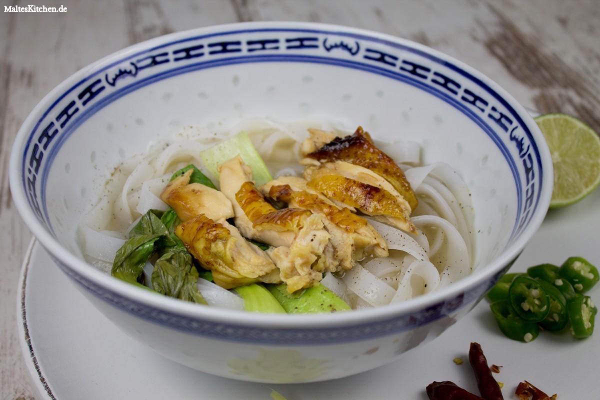 Würzige Brühe, Glasnudeln und klebriges Hähnchen - Pho Suppe