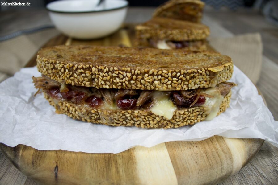 Rezept für ein Pulled Pork Sandwich mit Cranberry-Apfel-Sauce und Brie