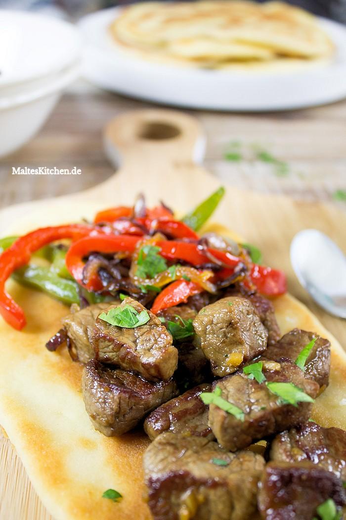 Lekcres Fleisch und Gemüse dazu supertolles Naan-Brot