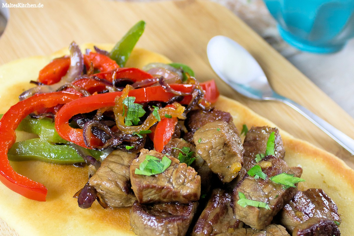 Rezept für selbstgebackenes Naan-Brot mit Onglet vom Kalb und Paprikagemüse