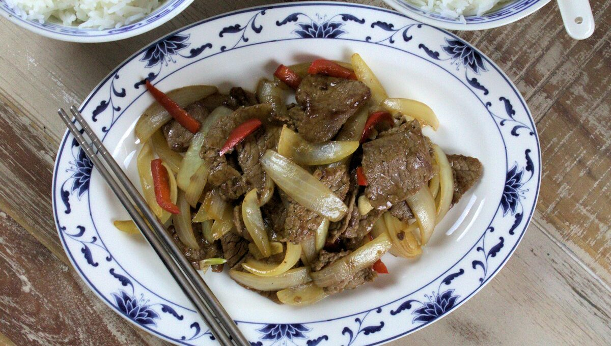 Rezept für ein Rindfleisch mit Zwiebeln aus dem Wok
