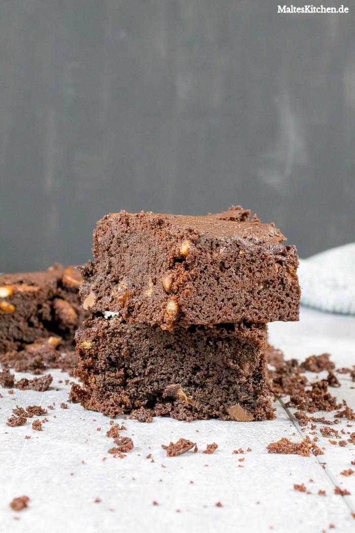Schokoladiger Schokoladen-Brownie mit Schokolade