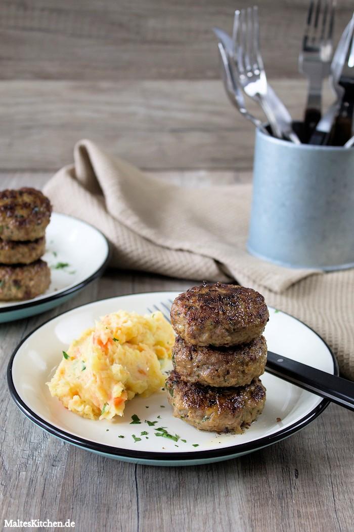 Hausmannskost mit Frikadellen und Kartoffel-Möhren-Stampf