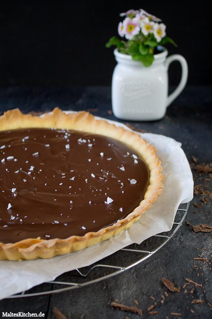 Die Schokoladentarte wird mit Meersalz bestreut