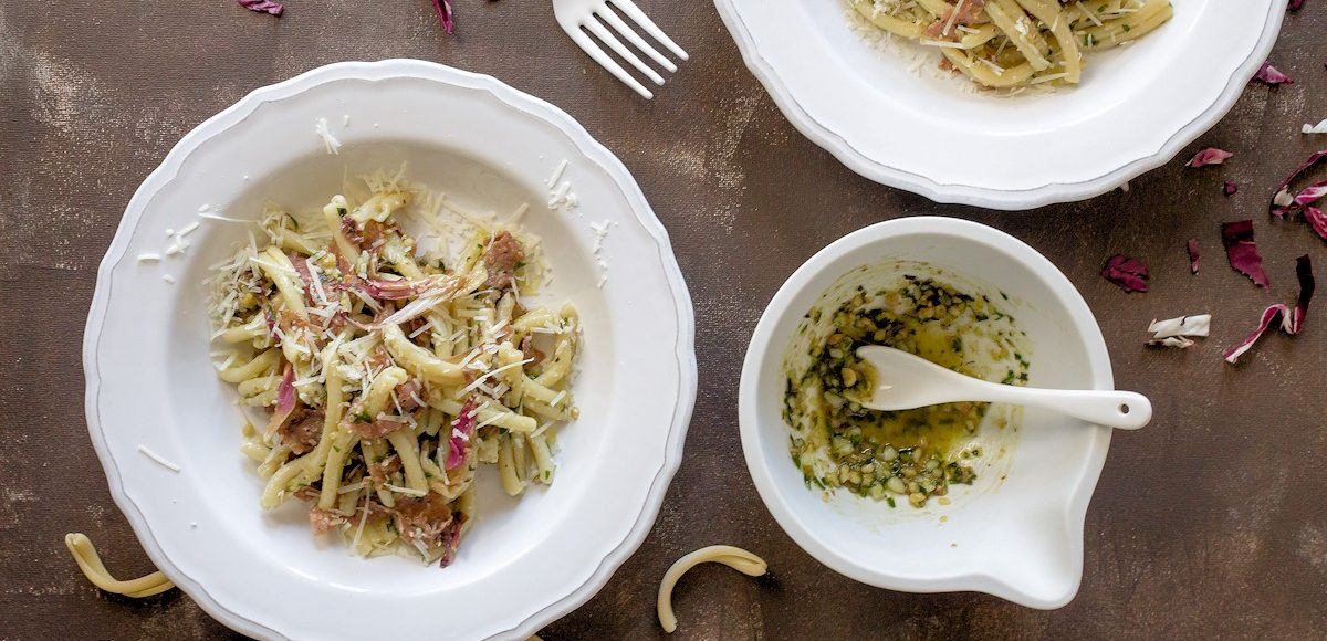 Rezept für Pasta mit Walnusspesto, Fenchelsalami und Radicchio
