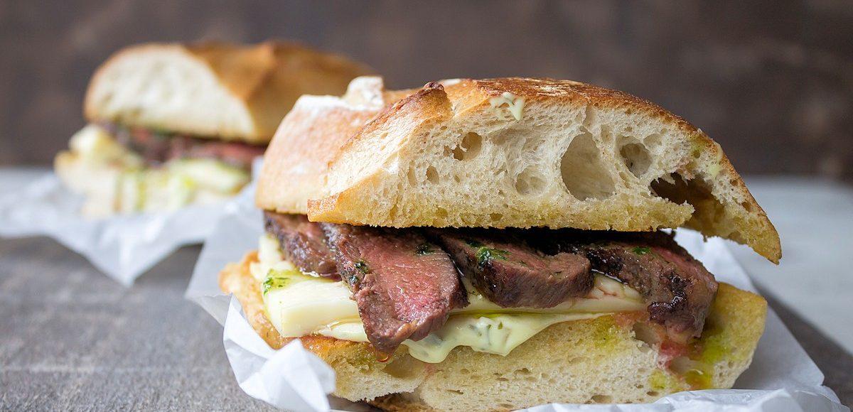 Rezept für ein Lammsteak-Sandwich mit Bärlauchbutter & Taleggio