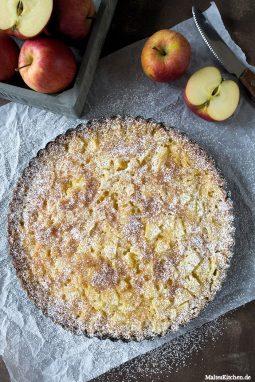 DerApfelkuchen wird mit reichlich Puderzucker bestäubt