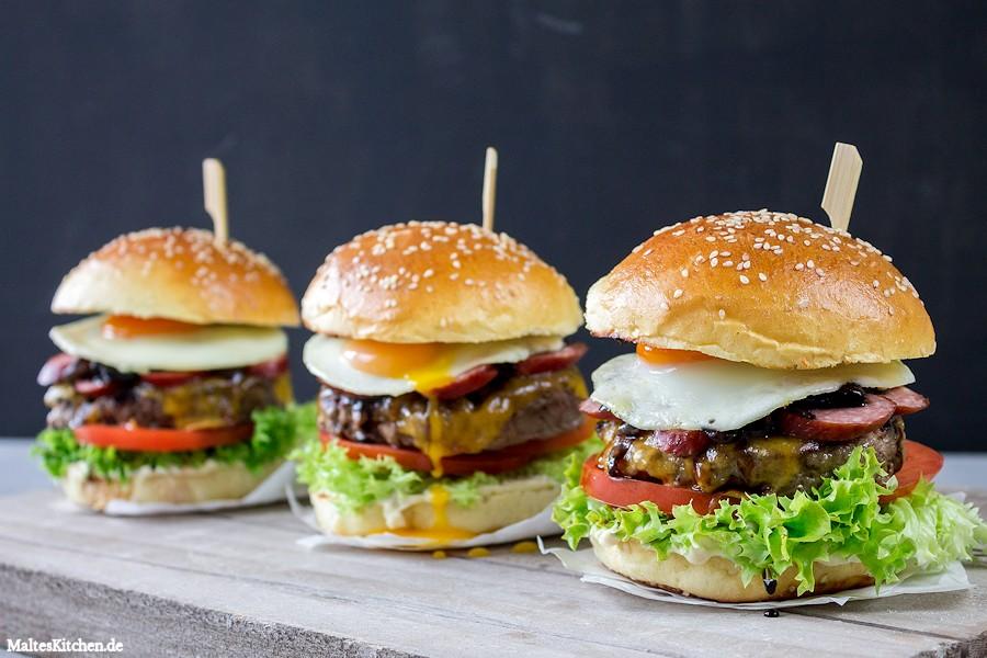Leckerer Beef Burger mit Kabanos im Brioche Bun