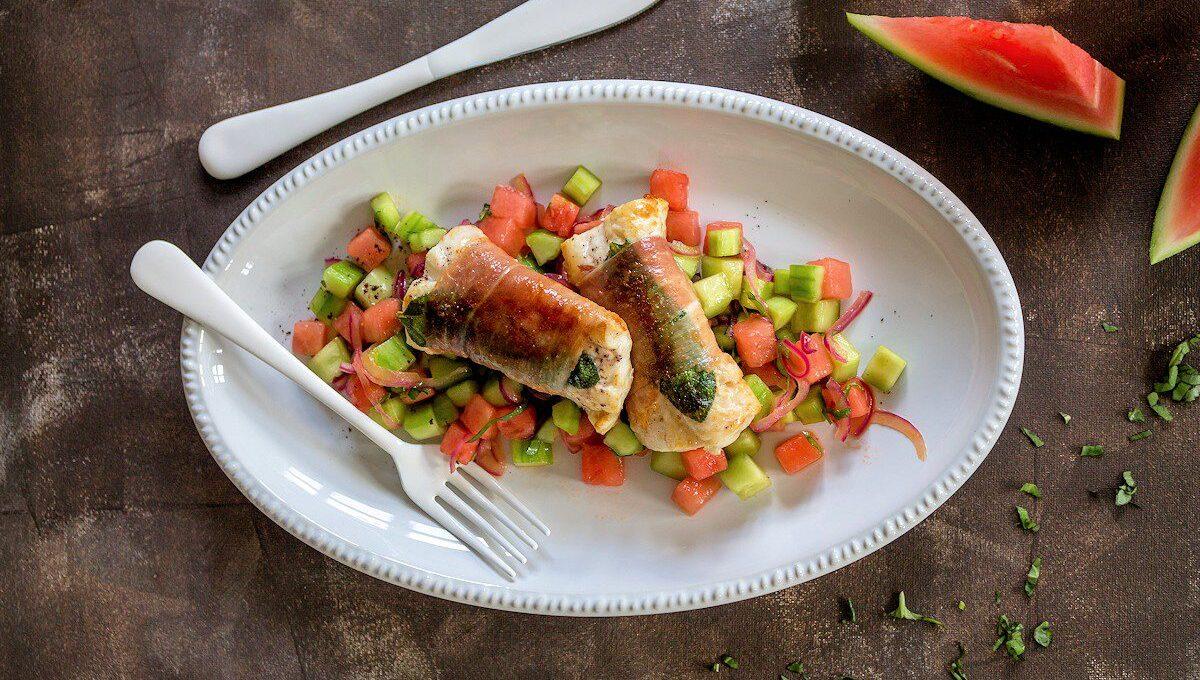 Rezept für ein Rotbarsch-Saltimbocce mit Melonen-Gurken-Salat