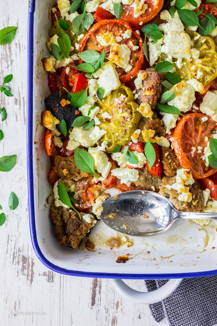 Ein toller warmer Tomatensalat mit Feta und Oliven