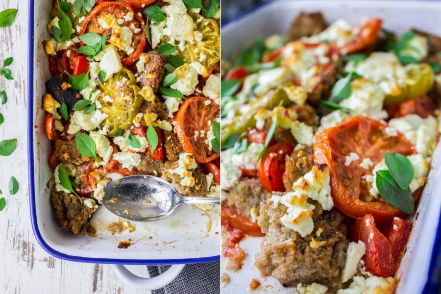 Rezept für einen warmen Tomatensalat aus dem Ofen mit Brot, Feta und Oliven