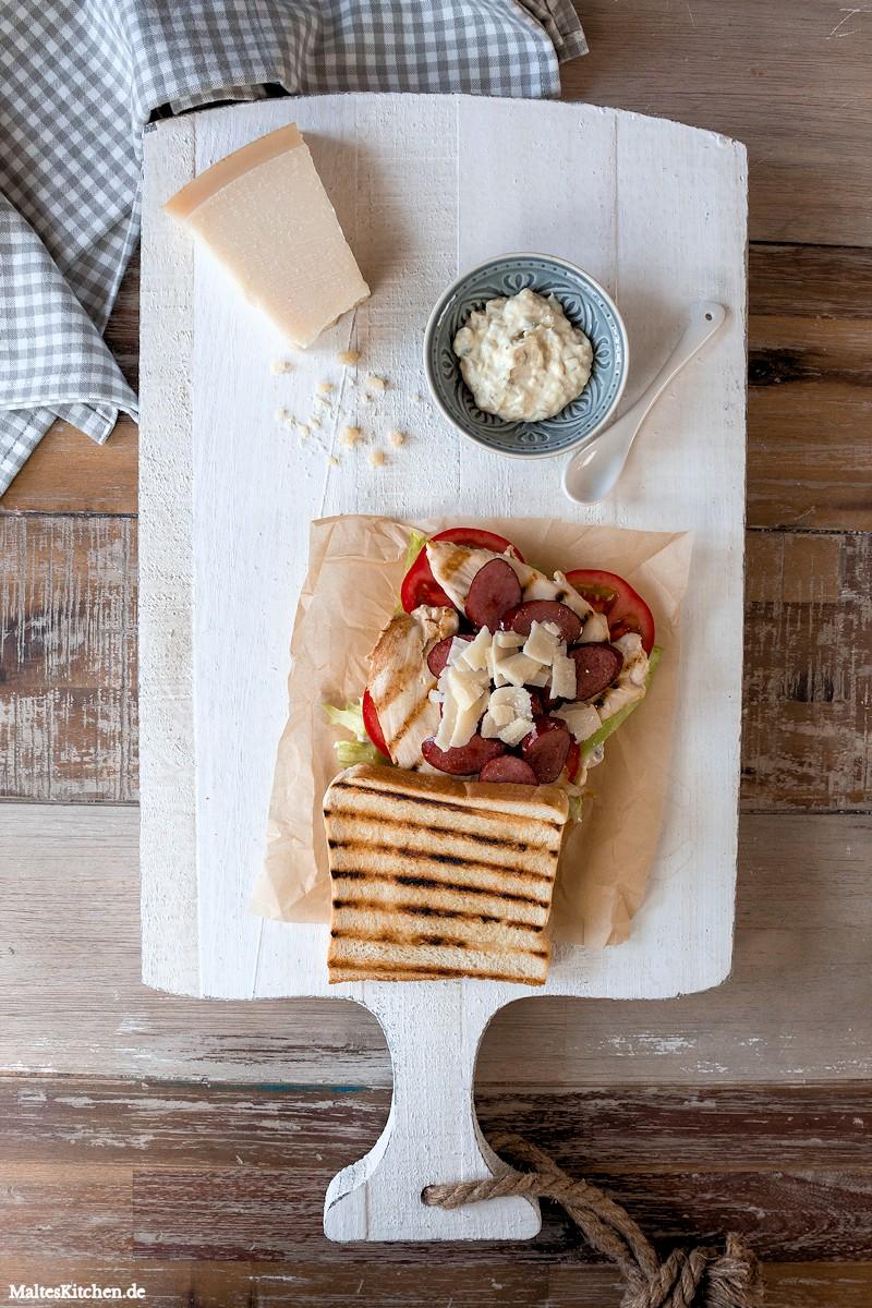 Club Sandwich mit Kabanos, Hähnchenbrust & Salat