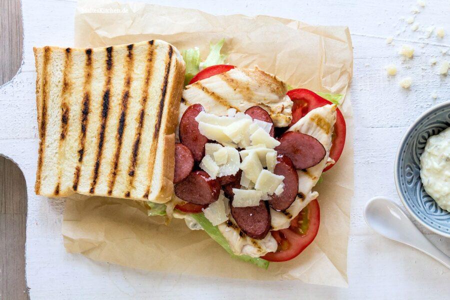 Ein Club Sandwich mit Kabanos & Hähnchenbrust
