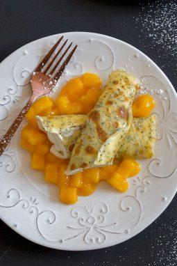 Rezept für Mohn-Crepes mit Mango & Quark