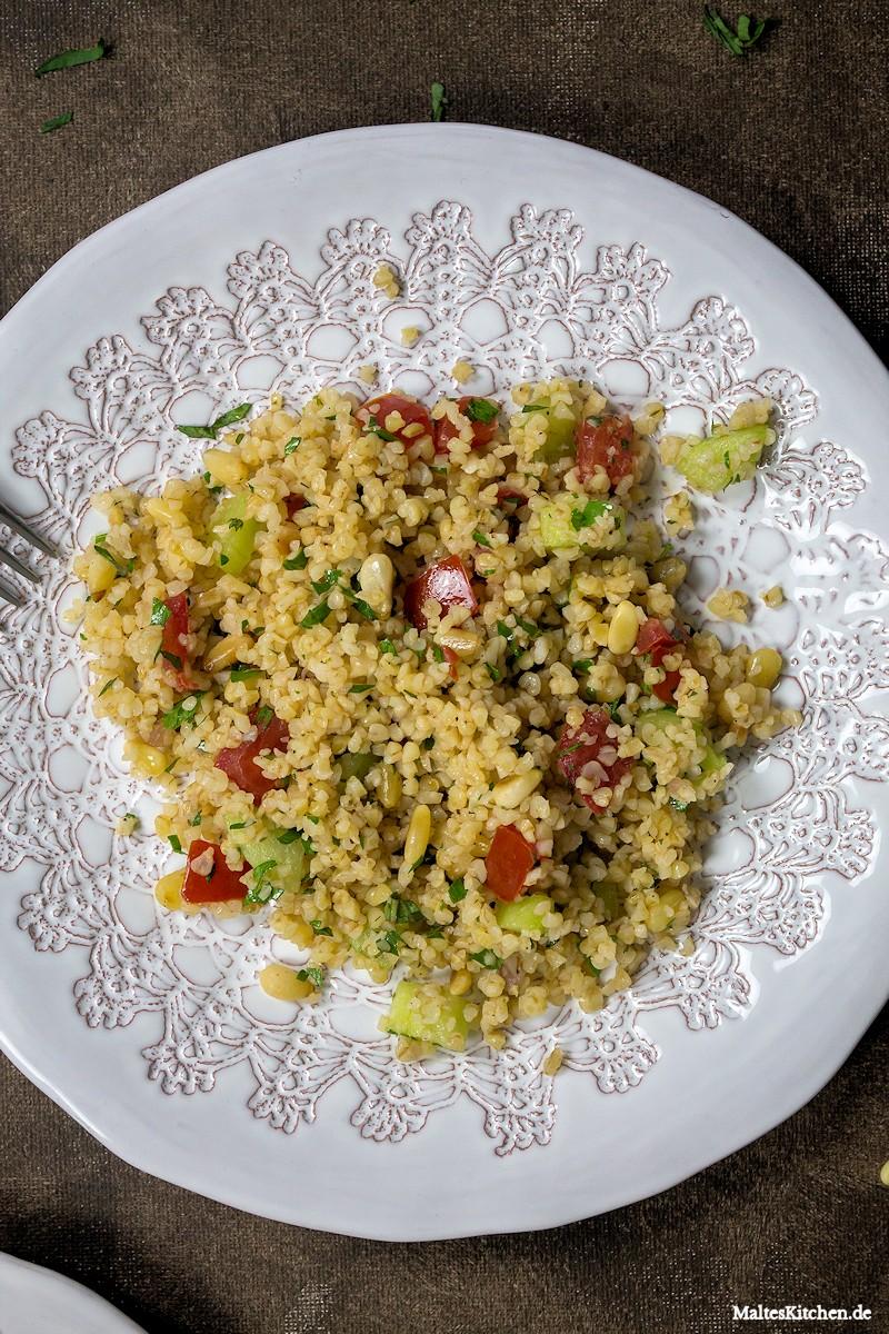 Tabouleh mit Tomaten und Pinienkernen