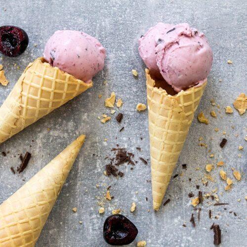 Rezept für ein Creme-Fraiche-Eis mit Kirsche & Schokolade