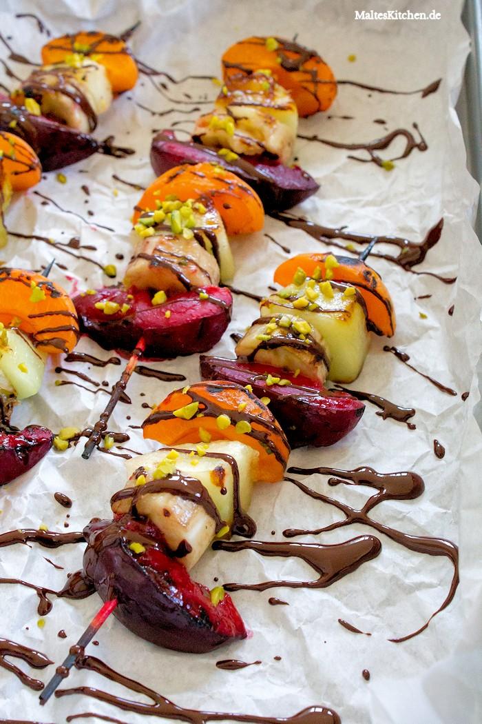Gegrilltest Obst mit Schokoladensoße und Pistazien