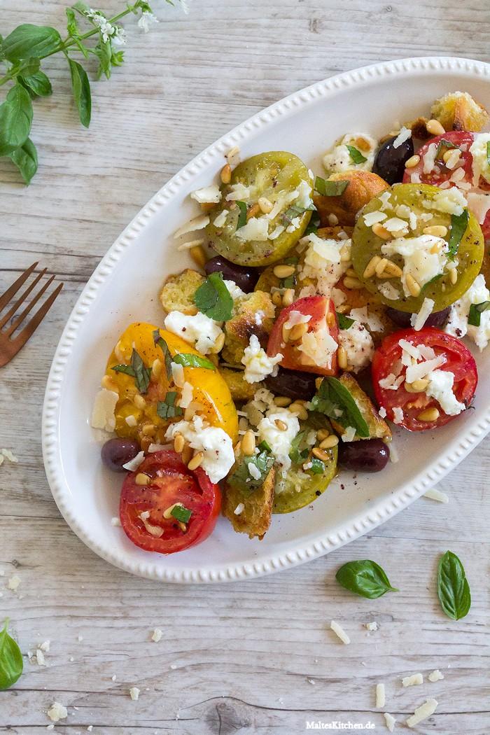 Tomatensalat mit Oliven und Mozarella