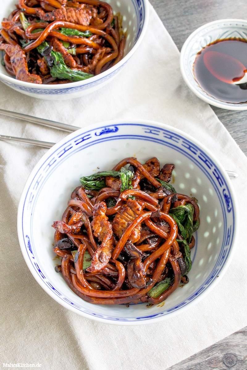 Schnelle Udon Nudelns mit Schweinefleisch und Sojasauce