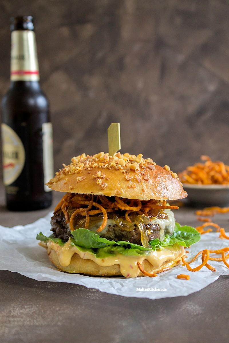 Super Burger mit Beef, Chilli-Mayonnaise und Süßkartoffeln